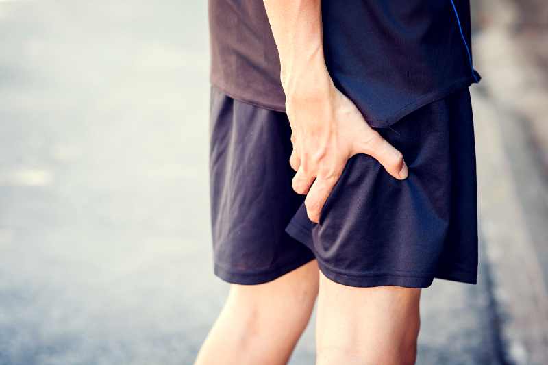 Runner-touching-painful-leg-502487374_800x533